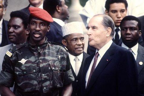 516194-le-capitaine-thomas-sankara-president-du-burkina-faso-ancien-haute-volta-pose-avec-francois-mitterra