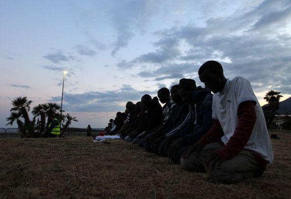 La prima preghiera del Ramadan per i migranti bloccati tra Italia e Francia (Photo credit JEAN-CHRISTOPHE MAGNENET/AFP/Getty Images)