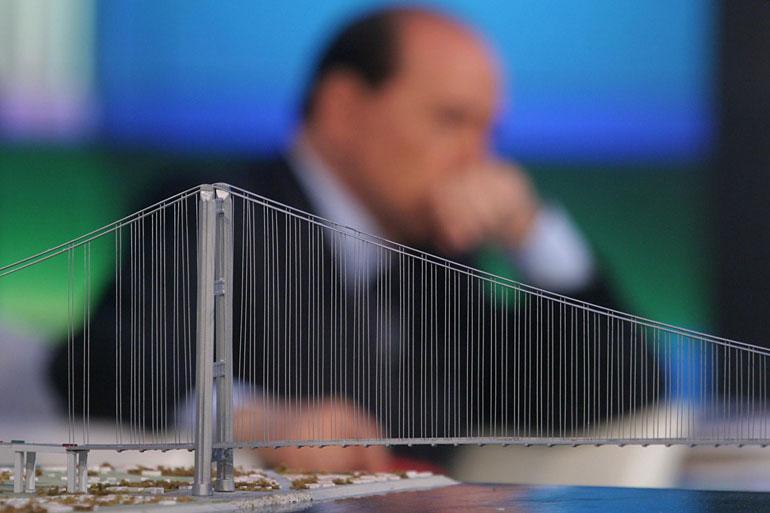 Renzi riesuma la nonna di tutte le promesse elettorali, il Ponte di Messina